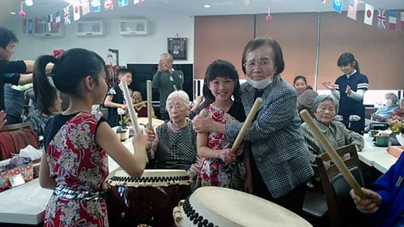 さわやかケアサービス「輪音庭」2周年記念アトラクション演奏